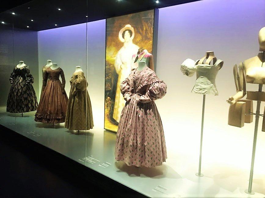 Disseny Fashion Exhibit womens fashion 1550