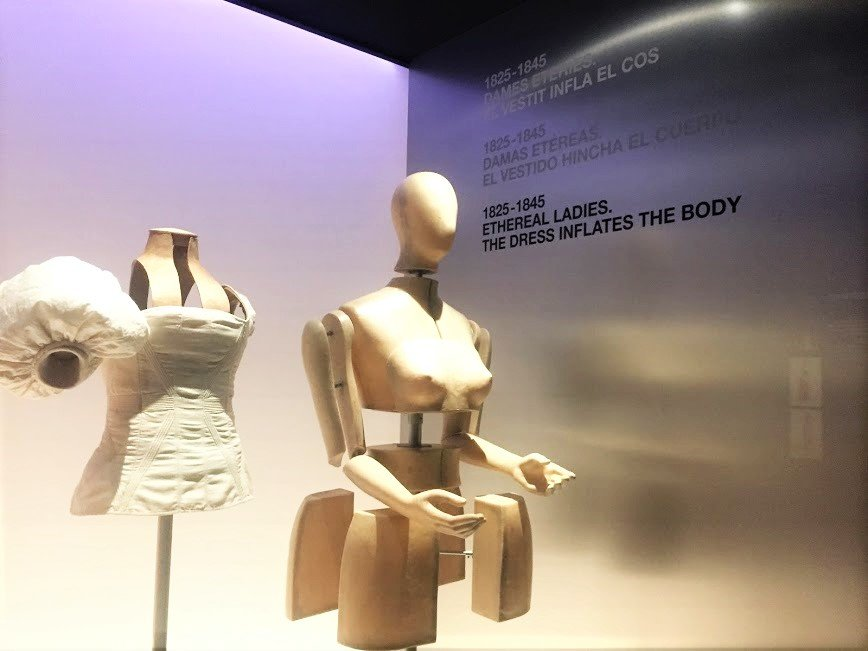 mannequins display old fashion Design Museum